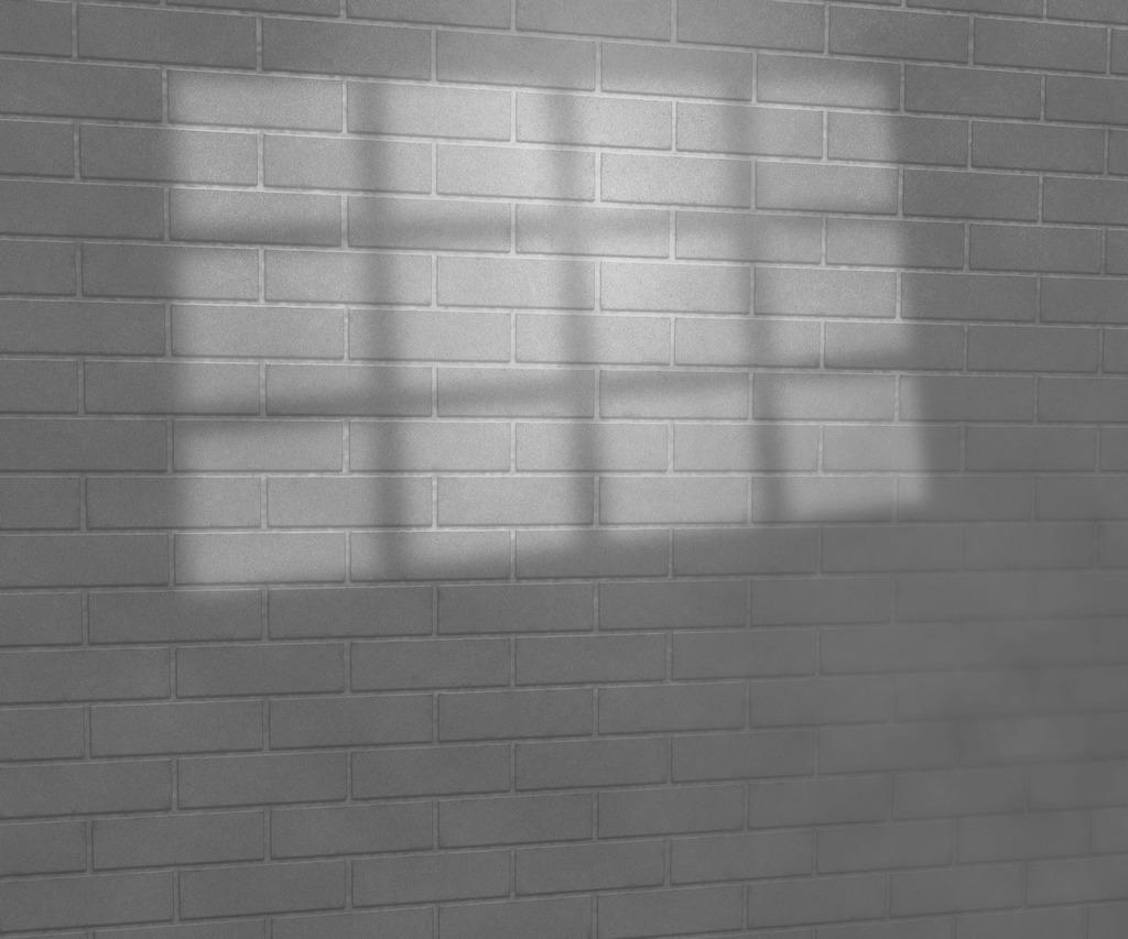 背景/在砖墙上工作室背景灰度的窗口的光