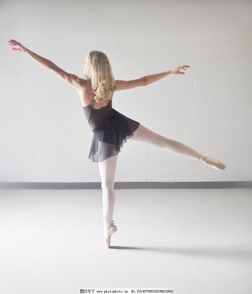 舞者背影手绘图片
