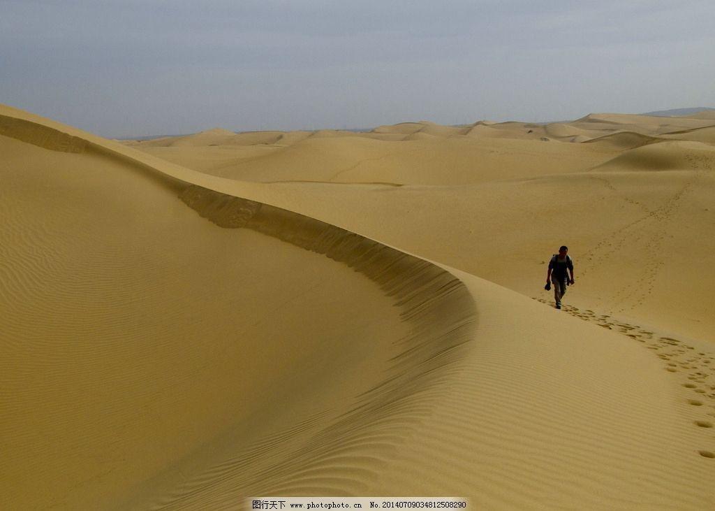 沙漠中行走的人圖片