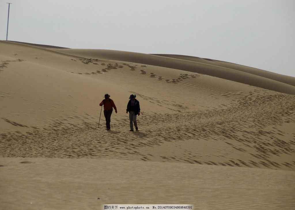 沙漠中行走的人們圖片