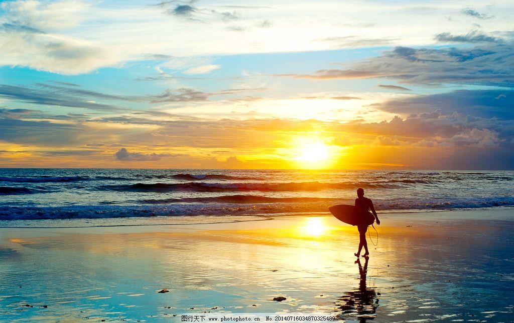 黄昏海边的冲浪人物剪影
