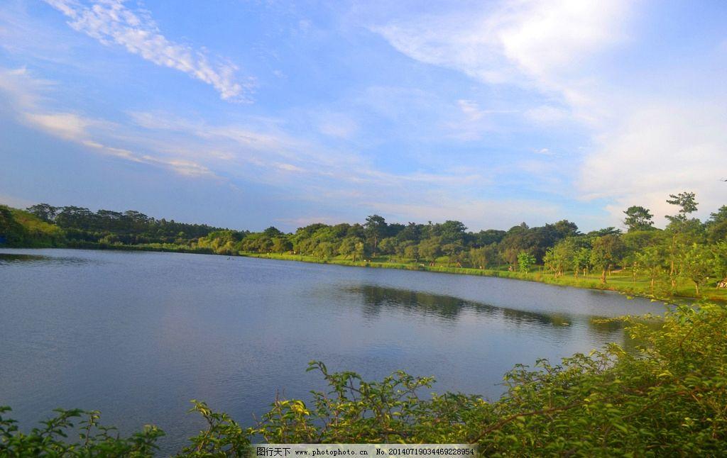 平静湖面 松山湖 松湖 风景 湖泊 树林 倒影 蓝天 白云 波浪