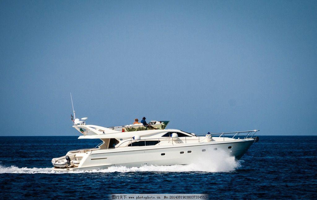 豪华游艇 游艇 快艇 大海 海面 行驶 私人游艇 富豪 船只 交通工具 现