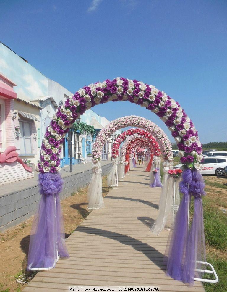 婚礼背景图 拱形门 玫瑰花 花环 木桥 蓝天 唯美房屋 背景图片