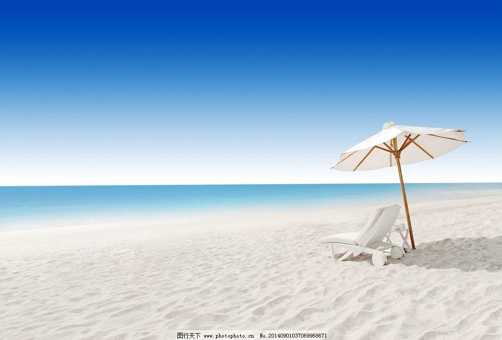 白色沙滩椅 海边 海洋 大海 海滩 遮阳伞 椅子 靠椅 沙砾 沙子图片