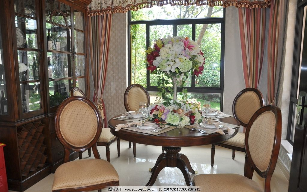餐厅 欧式餐厅 餐桌花 窗帘 窗户 餐具 家居图 摄影 室内摄影