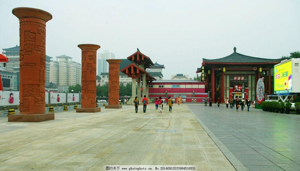 音乐喷泉广场 大雁塔北广场 陕西西安 西安大雁塔 广场景观柱 游人 行