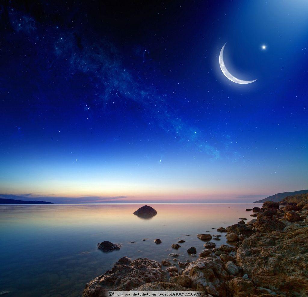 星空 云彩 云朵 白云 大海 海滩 海边 海岸 弯月 月亮 太空 蓝色 光线图片