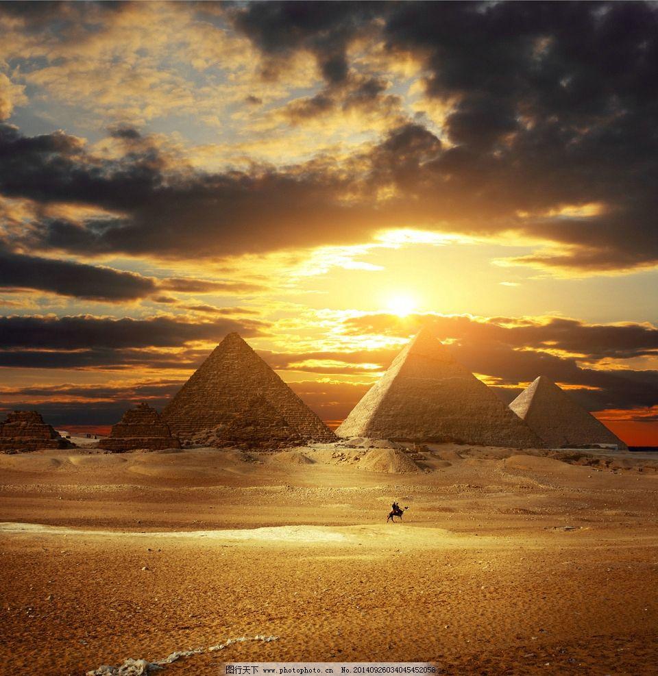 晚霞下金字塔的照片